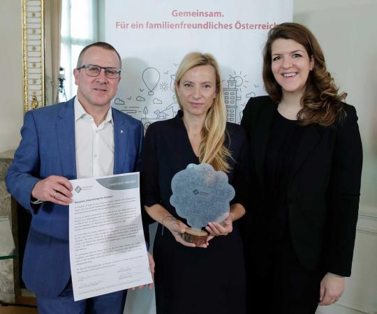 Robert Machtlinger von FACC mit Bundesministerin Juliane Bogner-Strauß und unserer Geschäftsführerin Elisabeth Wenzl