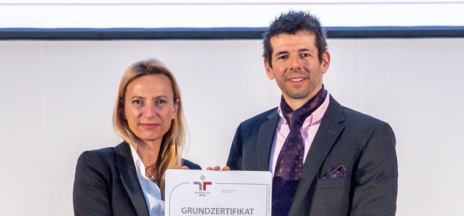 Gütezeichen-Verleihung in Wien: Ministerin Juliane Bogner-Strauß und der Landecker Unternehmer Markus Gerstgrasser.