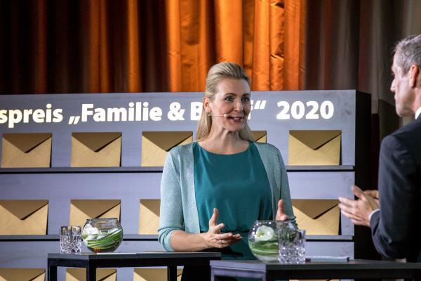 Bundesministerin Mag. (FH) Christine Aschbacher und Moderator Werner Sejka