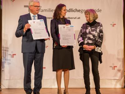 Der Präsident des Österreichischen Gemeindebundes, Bgm. Mag. Alfred Riedl, Bundesministerin für Familien und Jugend, Dr. Sophie Karmasin und die Geschäftsführerin von UNICEF Österreich, Dr. Gudrun Berger
