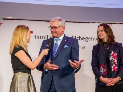 Moderatorin Margit Laufer (ORF NÖ) mit Bgm. Mag. Alfred Riedl und Bundesministerin Dr. Sophie Karmasin