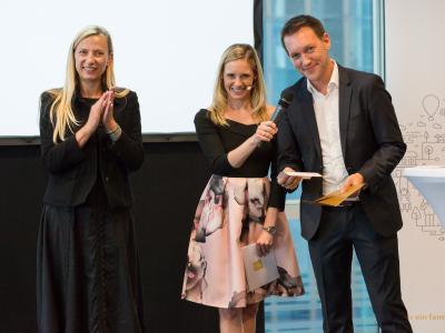Sonderpreis Bestes Familienfreundliches Employer Branding: Jakob Schönherr von kununu übergibt den Preis gemeinsam mit Bundesministerin Dr. Juliane Bogner-Strauß