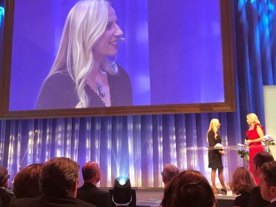 Familienministerin Juliane Bogner-Strauß auf der Bühne.