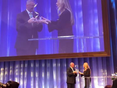 Familienministerin Bogner-Strauß überreicht die Auszeichnung an Georg Schöppl.