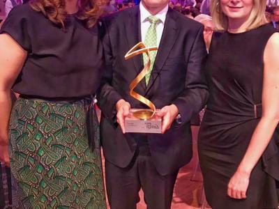 Geschäftsführerin Elisabeth Wenzl und Leiterin der Sektion für Familien und Jugend im Bundeskanzleramt, Bernadett Humer, gemeinsam mit Preisträger Georg Schöppl.