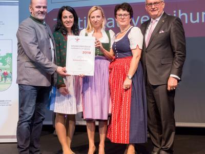 Familienministerin Juliane Bogner-Strauß überreicht das Gütezeichen familienfreundlichegemeinde an die Marktgemeinde Metnitz