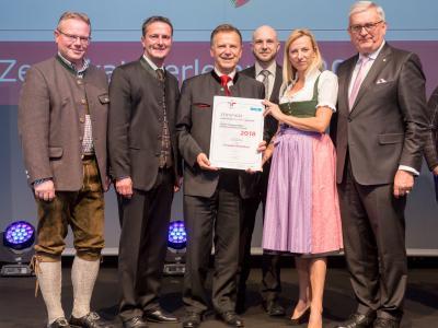 Familienministerin Juliane Bogner-Strauß überreicht das Gütezeichen familienfreundlichegemeinde an die Gemeinde Himmelberg