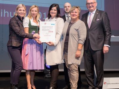 Familienministerin Juliane Bogner-Strauß überreicht das Gütezeichen familienfreundlichegemeinde an die Gemeinde Lendorf