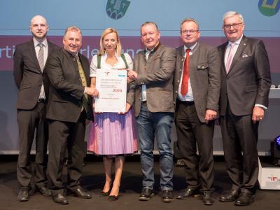 Familienministerin Juliane Bogner-Strauß überreicht das Gütezeichen familienfreundlichegemeinde an die Marktgemeinde Liebenfels