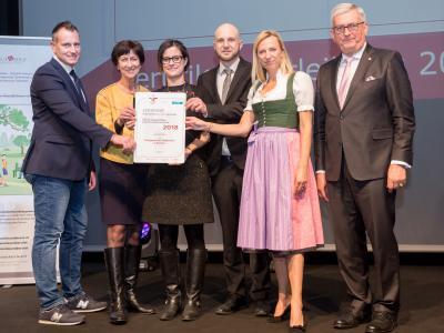 Familienministerin Juliane Bogner-Strauß überreicht das Gütezeichen familienfreundlichegemeinde an die Stadtgemeinde Feldkirchen in Kärnten