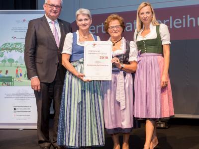 Familienministerin Juliane Bogner-Strauß überreicht das Gütezeichen familienfreundlichegemeinde an die Marktgemeinde Bad Fischau-Brunn
