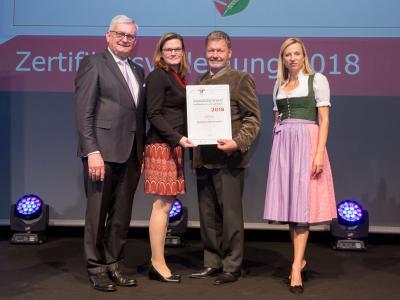 Familienministerin Juliane Bogner-Strauß überreicht das Gütezeichen familienfreundlichegemeinde an die Marktgemeinde Sierndorf