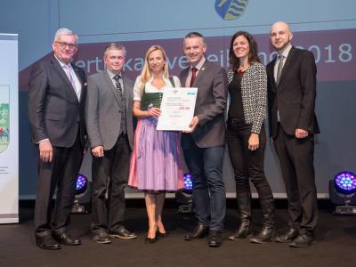Familienministerin Juliane Bogner-Strauß überreicht das Gütezeichen familienfreundlichegemeinde an die Gemeinde Mank