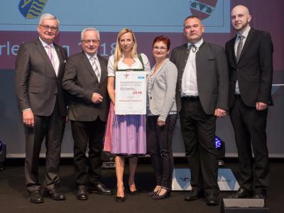 Familienministerin Juliane Bogner-Strauß überreicht das Gütezeichen familienfreundlichegemeinde an die Marktgemeinde Gumpoldskirchen