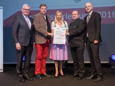 Familienministerin Juliane Bogner-Strauß überreicht das Gütezeichen familienfreundlichegemeinde an die Marktgemeinde Klein-Pöchlarn