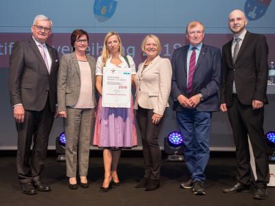 Familienministerin Juliane Bogner-Strauß überreicht das Gütezeichen familienfreundlichegemeinde an die Marktgemeinde Lanzenkirchen