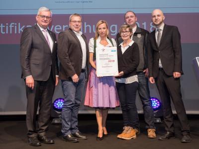 Familienministerin Juliane Bogner-Strauß überreicht das Gütezeichen familienfreundlichegemeinde an die Marktgemeinde Pitten