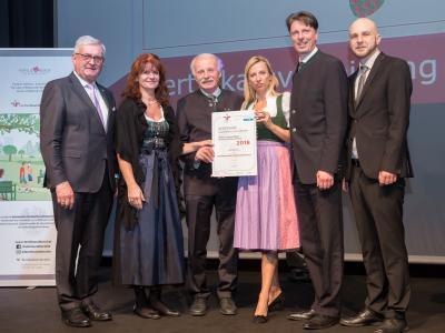 Familienministerin Juliane Bogner-Strauß überreicht das Gütezeichen familienfreundlichegemeinde an die Marktgemeinde Sigmundsherberg