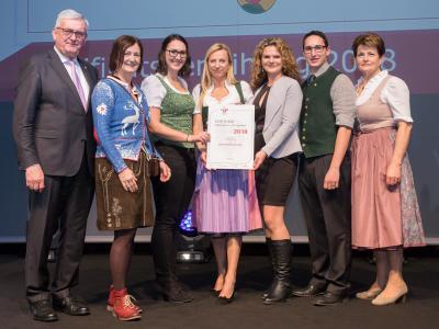 Familienministerin Juliane Bogner-Strauß überreicht das Gütezeichen familienfreundlichegemeinde an die Gemeinde Pennewang