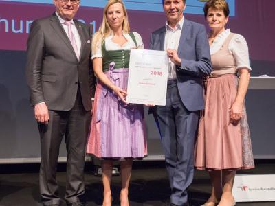 Familienministerin Juliane Bogner-Strauß überreicht das Gütezeichen familienfreundlichegemeinde an die Gemeinde Atzbach