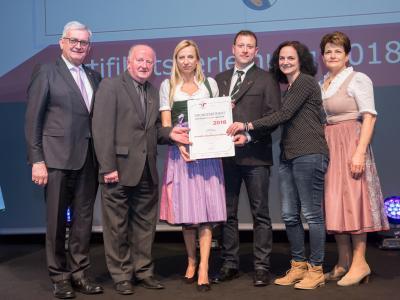 Familienministerin Juliane Bogner-Strauß überreicht das Gütezeichen familienfreundlichegemeinde an die Gemeinde Gilgenberg am Weilhart