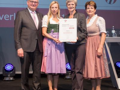 Familienministerin Juliane Bogner-Strauß überreicht das Gütezeichen familienfreundlichegemeinde an die Gemeinde Schlierbach