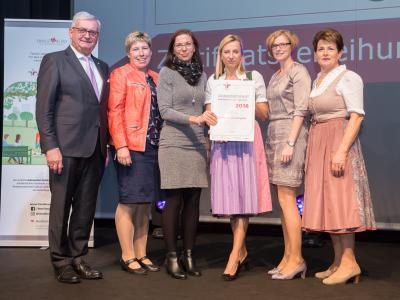 Familienministerin Juliane Bogner-Strauß überreicht das Gütezeichen familienfreundlichegemeinde an die Marktgemeinde Herzogsdorf