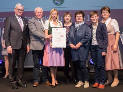 Familienministerin Juliane Bogner-Strauß überreicht das Gütezeichen familienfreundlichegemeinde an die Marktgemeinde Lembach im Mühlkreis