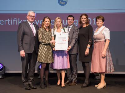 Familienministerin Juliane Bogner-Strauß überreicht das Gütezeichen familienfreundlichegemeinde an die Stadtgemeinde Rohrbach-Berg
