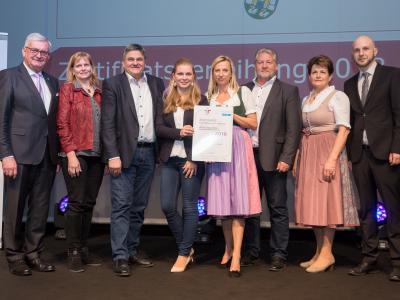 Familienministerin Juliane Bogner-Strauß überreicht das Gütezeichen familienfreundlichegemeinde an die Gemeinde Eberstalzell
