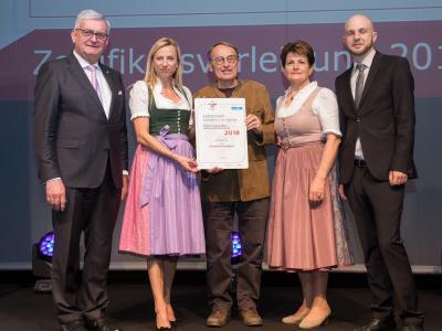 Familienministerin Juliane Bogner-Strauß überreicht das Gütezeichen familienfreundlichegemeinde an die Gemeinde Krenglbach