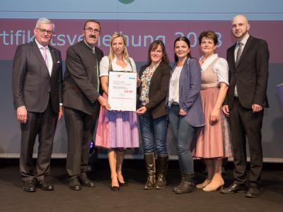 Familienministerin Juliane Bogner-Strauß überreicht das Gütezeichen familienfreundlichegemeinde an die Marktgemeinde Altenberg bei Linz