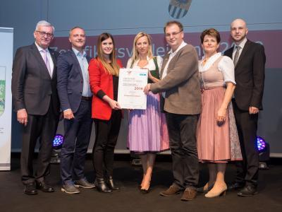 Familienministerin Juliane Bogner-Strauß überreicht das Gütezeichen familienfreundlichegemeinde an die Marktgemeinde Gallspach
