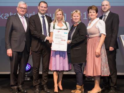 Familienministerin Juliane Bogner-Strauß überreicht das Gütezeichen familienfreundlichegemeinde an die Stadtgemeinde Grieskirchen