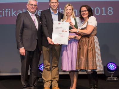 Familienministerin Juliane Bogner-Strauß überreicht das Gütezeichen familienfreundlichegemeinde an die Stadtgemeinde Seekirchen am Wallersee