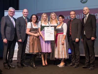 Familienministerin Juliane Bogner-Strauß überreicht das Gütezeichen familienfreundlichegemeinde an die Gemeinde Hallwang