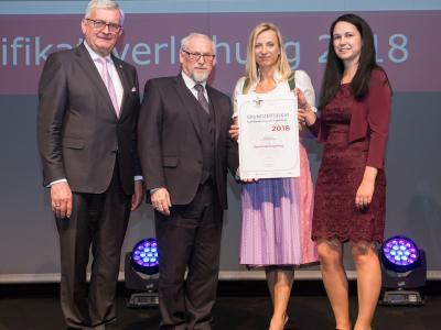 Familienministerin Juliane Bogner-Strauß überreicht das Gütezeichen familienfreundlichegemeinde an die Gemeinde Hengsberg