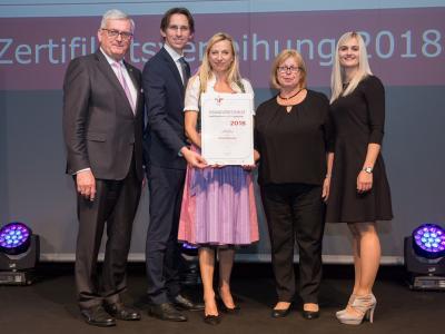 Familienministerin Juliane Bogner-Strauß überreicht das Gütezeichen familienfreundlichegemeinde an die Gemeinde Lang