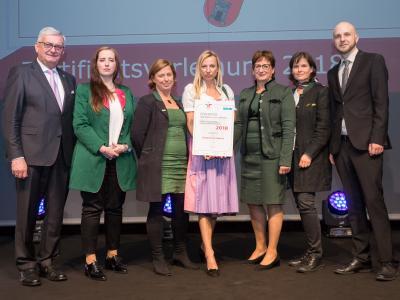 Familienministerin Juliane Bogner-Strauß überreicht das Gütezeichen familienfreundlichegemeinde an die Stadtgemeinde Feldbach
