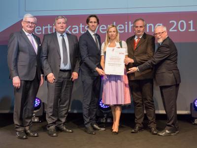 Familienministerin Juliane Bogner-Strauß überreicht das Gütezeichen familienfreundlicheregion an die familienfreundliche Region IKZ Kleinregion Hengist