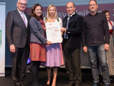 Familienministerin Juliane Bogner-Strauß überreicht das Gütezeichen familienfreundlichegemeinde an die Gemeinde Absam