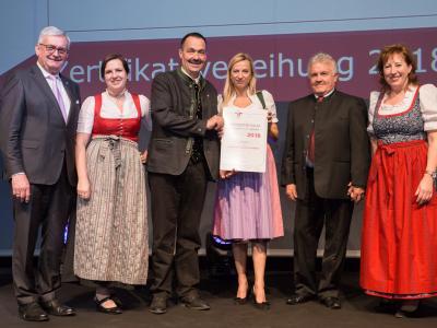 Familienministerin Juliane Bogner-Strauß überreicht das Gütezeichen familienfreundlichegemeinde an die Gemeinde Neustift im Stubaital