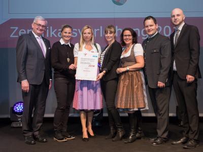 Familienministerin Juliane Bogner-Strauß überreicht das Gütezeichen familienfreundlichegemeinde an die Gemeinde Itter