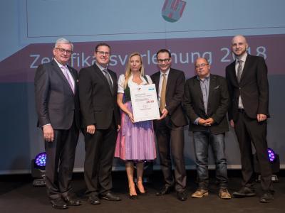 Familienministerin Juliane Bogner-Strauß überreicht das Gütezeichen familienfreundlichegemeinde an die Gemeinde Münster