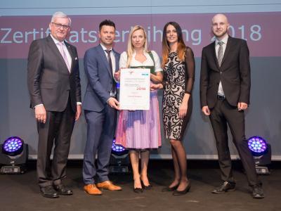Familienministerin Juliane Bogner-Strauß überreicht das Gütezeichen familienfreundlichegemeinde an die Gemeinde Gaimberg