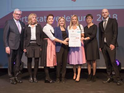 Familienministerin Juliane Bogner-Strauß überreicht das Gütezeichen familienfreundlichegemeinde an die Marktgemeinde Götzis