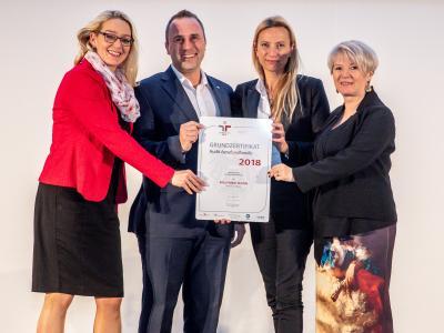 Familienministerin Juliane Bogner-Strauß überreicht das Gütezeichen berufundfamilie an die Fritz Holter GmbH