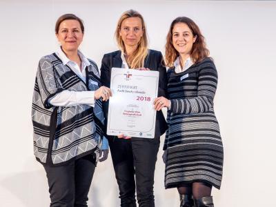 Familienministerin Juliane Bogner-Strauß überreicht das Gütezeichen berufundfamilie an die Flughafen Wien AG