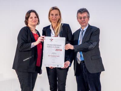 Familienministerin Juliane Bogner-Strauß überreicht das Gütezeichen berufundfamilie an das Haus der Barmherzigkeit
