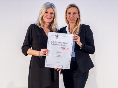 Familienministerin Juliane Bogner-Strauß überreicht das Gütezeichen berufundfamilie an die Kink KG